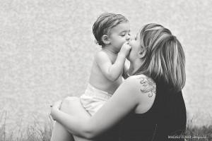 Un petit garçon fait un bisou à sa maman lors d'une seance photos dans la drôme