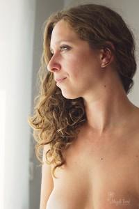 Seance photos portrait de buste de femme a la lumière naturelle