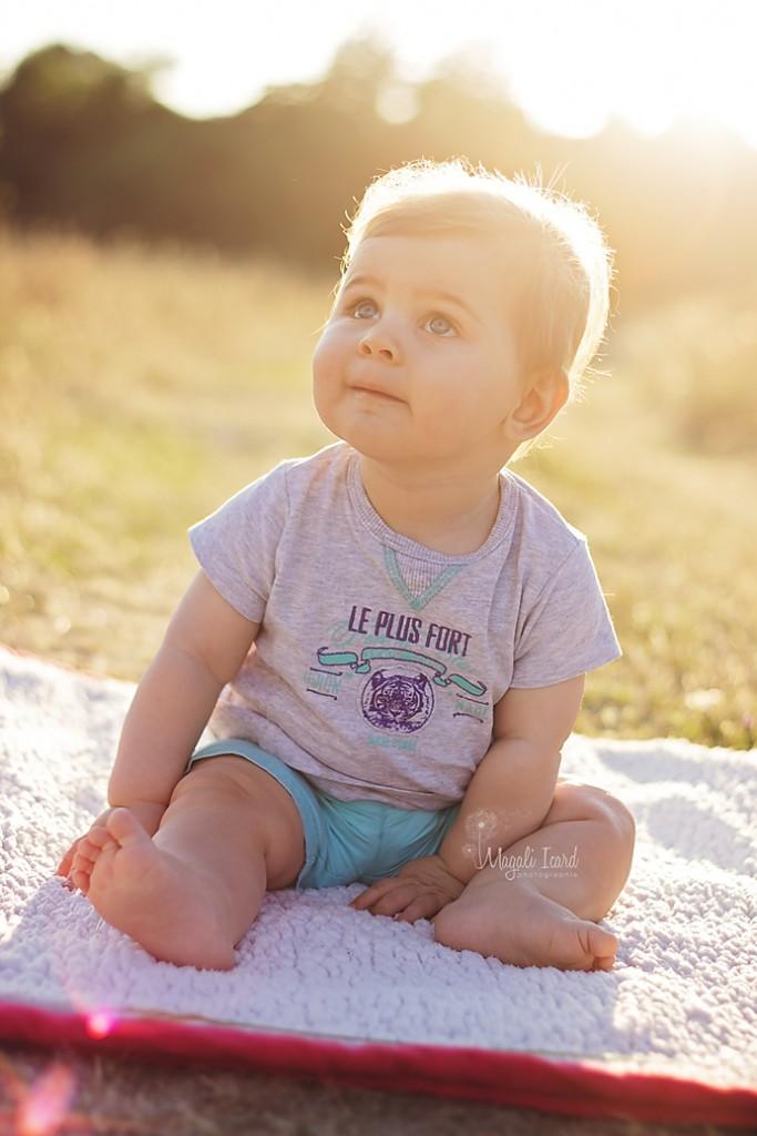 Seance photos d'un bébé de 6 mois dans la nature dans l'ardeche