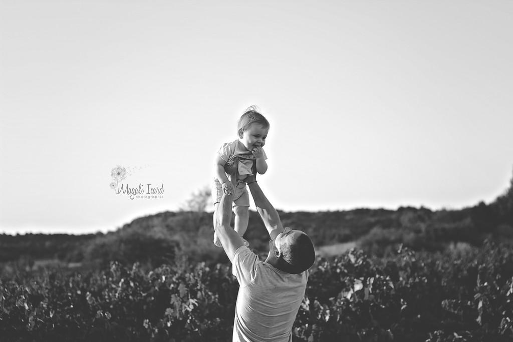 Seance photos d'un bébé de 6 mois en train de jouer avec son papa dans l'ardeche