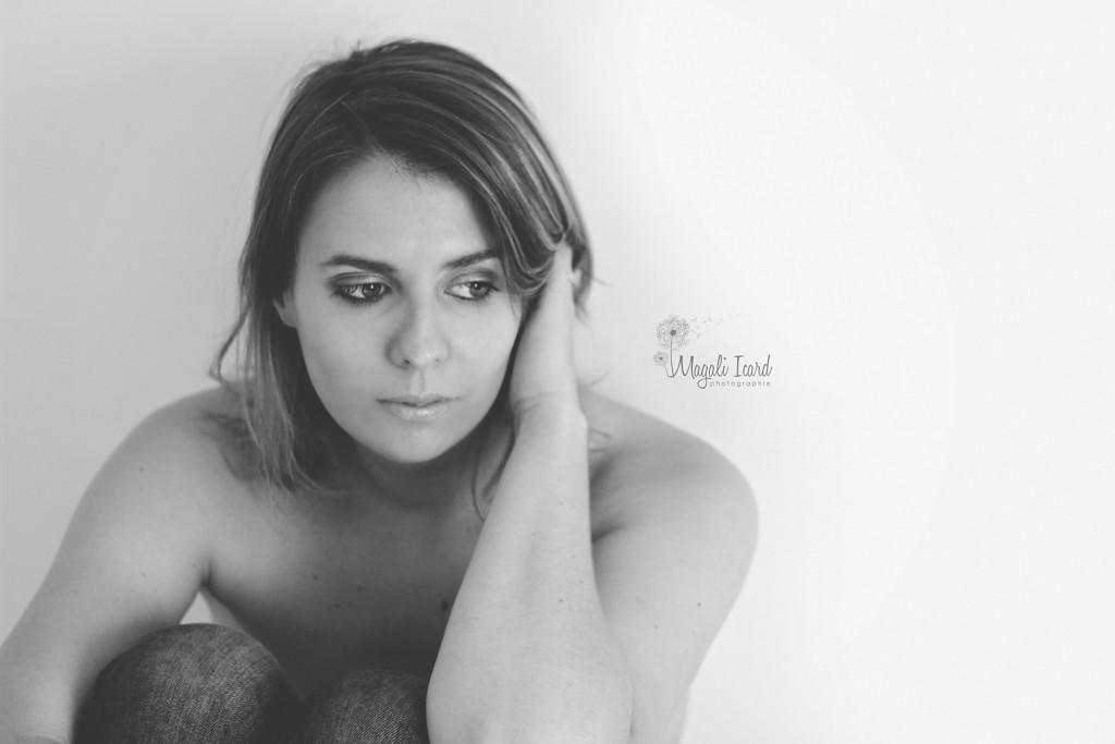 Portrait en noir et blanc d'une femme songeuse