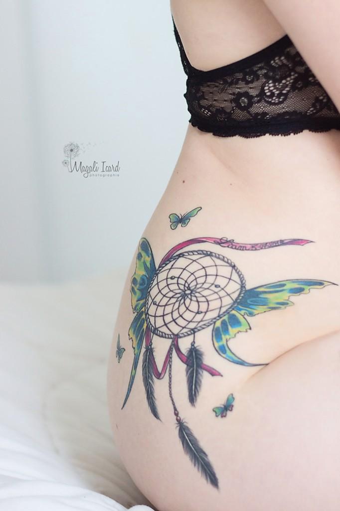 Tatouage d'un attrape rêve sur la hanche